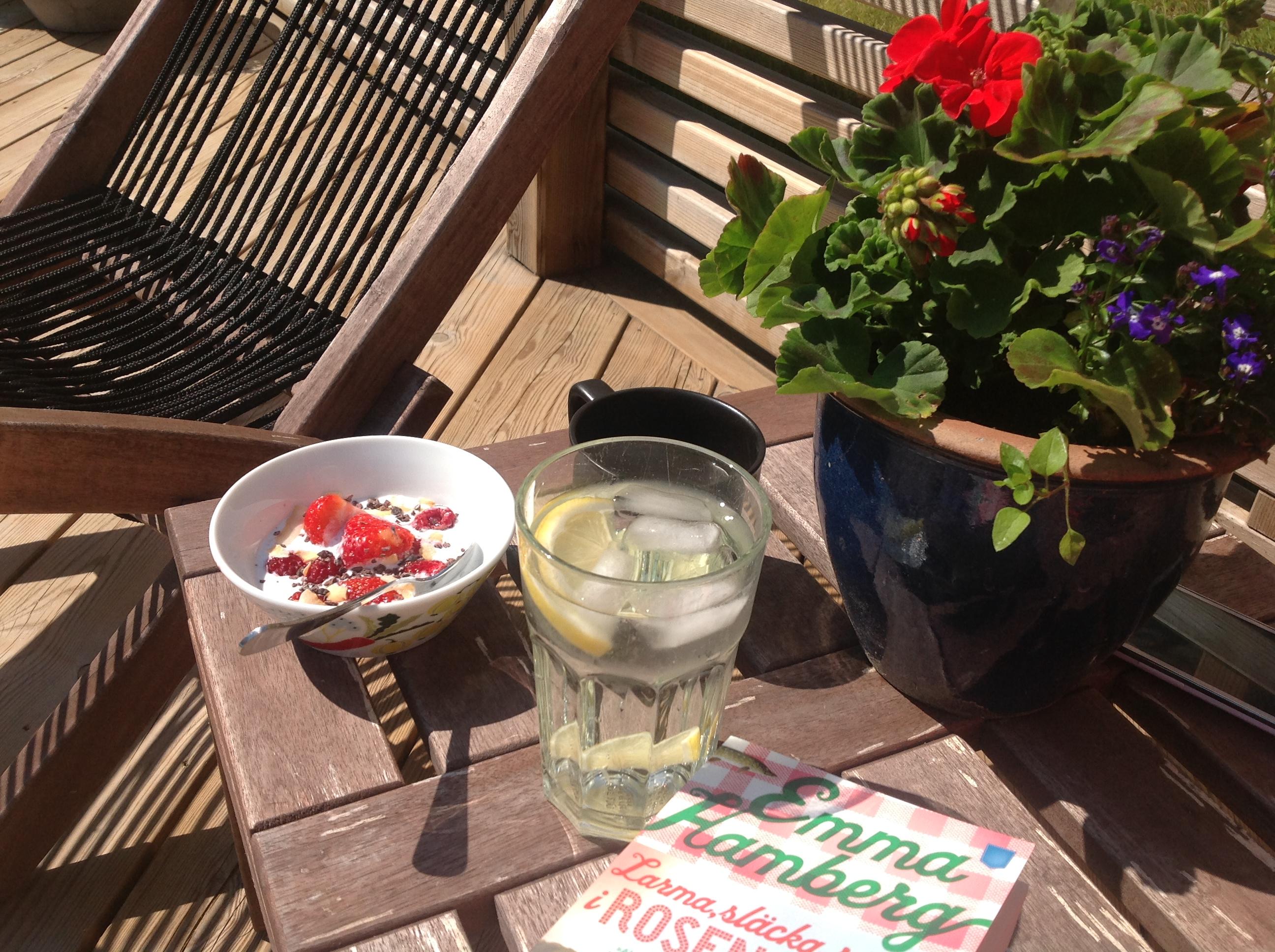 Frukost i solen med kokosmjölk och hallon
