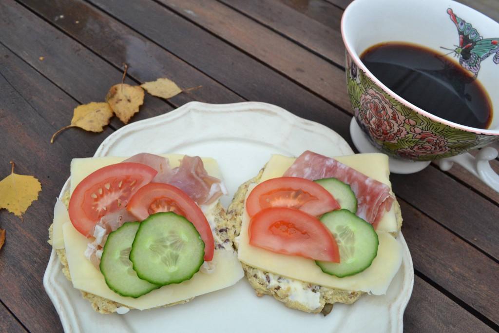 Frukostbröd med kaffe