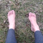 Med bara fötter i skogen